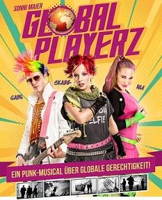 """Drei punkig bunte junge Menschen, einer mit Gitarre, darunter der Text """"Ein Punk Musical über globale Gerechtigkeit"""".©Künstler für Gerechtigkeit e.V.-Theater Sonni Maier"""