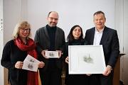 Oberbürgermeister Dr. Thomas Spies (v.r.), die Künstlerin Niloofar Monadian, Professor Klaus Lomnitzer und Stadtverordnetenvorsteherin Marianne Wölk stellen die neue Glückwunschkarte der Stadt Marburg für das Jahr 2019 vor.