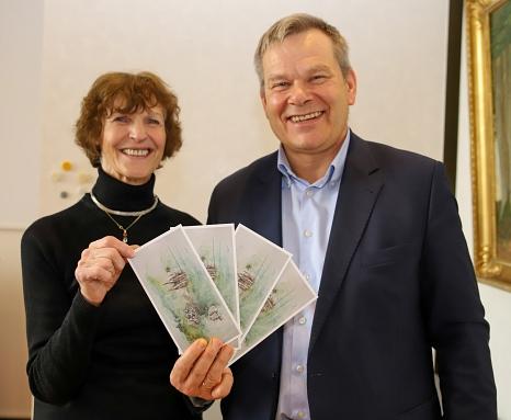 Oberbürgermeister Dr. Thomas Spies (r.) und Burgi Scheiblechner stellen die neue Glückwunschkarte vor, die die Stadt Marburg 2020 zu offiziellen Anlässen versenden wird.©Patricia Grähling, Stadt Marburg