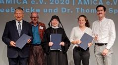 Die Preisträger v. l.: Dr. Thomas Spies, der Jury-Vorsitzende Andreas Zumach, Mechthild Thürmer sowie Larissa Lotter und Markus Widmann für die Bewegung Seebrücke.