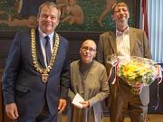 Außerordentlicher Einsatz für Mitmenschen, die Unterstützung brauchen, für Verständigung und gegen Diskriminierung: Oberbürgermeister Dr. Thomas Spies (links) überreichte Eva Christiane Gottschaldt (Mitte) dafür die Goldene Ehrennadel der Stadt Marburg. B