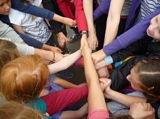 Zahlreiche Hände fassen sich an, so dass es sehr verwirrend aussieht.©Universitätsstadt Marburg