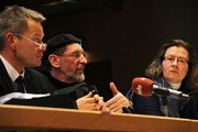 Der Bundesvorsitzende der Ahmadiyya Muslim Jamaat, Abdullah Uwe Wagishauser (Mitte), stellte die Religionsgemeinschaft und die Baupläne vor. Neben ihm auf dem Podium saßen Oberbürgermeister Dr. Thomas Spies und für den Runden Tisch der Religionen Monika B