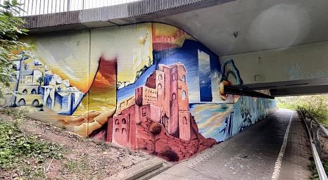 Die Marburger Graffiti-Künstler Mathis Hagenauer und Moritz Habermann haben im Auftrag der Stadt die Unterführung an der Südspange in eine von Wüstenlandschaften umgebene Unterwasserwelt verwandelt.©Charlotte Riemer, Stadt Marburg