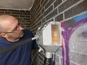 Patrick Klein reinigt Mauern und Wände öffentlicher Liegenschaften mit neuer, moderner Technik. So sollen illegale Graffiti und inhaltsleere Farbschmierereien aus dem Stadtbild verschwinden.