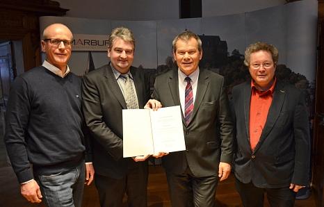 """Der Förderbescheid für den Masterplan für saubere Luft in Marburg ist da. Was mit dem neuen """"Green-City-Plan"""" erreicht werden soll, stellen Oberbürgermeister und Verkehrsdezernent Dr. Thomas Spies (2. v. r.), Bürgermeister und Umweltdezernent Wieland Stöt©Stadt Marburg, Birgit Heimrich"""