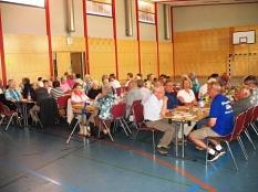 die Teilnehmer sitzen an Tischen in der Halle©Bernd Weimer