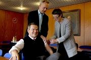 Landrätin Kirsten Fründt verabreichte dem Marburger Oberbürgermeister Dr. Thomas Spies unter Aufsicht und Anleitung von Dr. Hartmut Hesse die Grippe-Schutzimpfung.