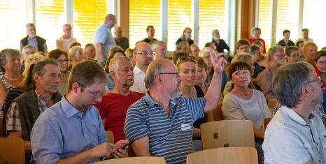 Große Resonanz: Rund 200 Marburgerinnen und Marburger kamen auf Einladung der Stadt, um sich im Rahmen der Bürger/innenbeteiligung über die Vorschläge zum Grüner Wehr zu informieren, auszutauschen sowie ihre Meinungen und Ideen einzubringen.©Universitätsstadt Marburg