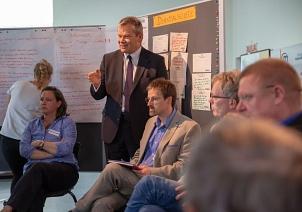 Oberbürgermeister Dr. Thomas Spies (stehend) und Bürgermeister Wieland Stötzel (nicht im Bild) gingen direkt auf die Diskussionen ein und kündigten an, ein zweites Gutachten in Auftrag zum Baukörper des Wehrs in Auftrag zu geben.©Universitätsstadt Marburg