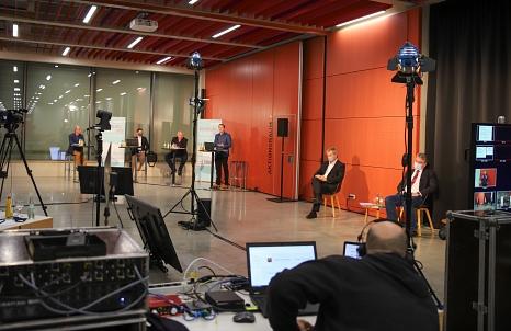 Live aus dem Erwin-Piscator-Haus wurde die Präsentation des Gutachtens gesendet. Die Gutachter standen anschließend noch für Fragen aus dem digitalen Publikum und aus der Verwaltung zur Verfügung.©Patricia Grähling, Stadt Marburg