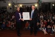 Staatssekretär Dr. Manuel Lösel übergab die Urkunde an Schulleiterin Beate Wagner-Nowicki.