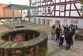 Gruppe vor dem Brunnen, Alte Synagoge©Georg Kronenberg
