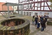 Gruppe vor dem Brunnen, Alte Synagoge