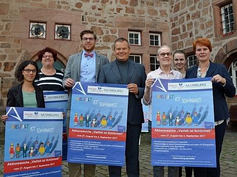 Vielfalt ist Schönheit: Die Aktionswoche zum Thema Gewicht haben Oberbürgermeister Dr. Thomas Spies (Mitte), Gleichberechtigungsreferatsleiterin Dr. Christine Amend-Wegmann (r.) mit Praktikantin Leonie Mahnke (2. v. r.), Rahel Häcker (l.) vom Projektbüro©Universitätsstadt Marburg, Philipp Höhn