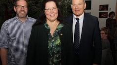 """Ein """"Aktivposten"""" geht nach 49 Jahren in den Ruhestand: OB Dr. Thomas Spies (rechts) und Fachbereichsleiter Peter Schmidt verabschiedeten Gudrun Fleck-Delnavaz Hasanloo in den Ruhestand."""