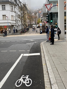 Gutenbergstrasse: Die Ampel an der Kreuzung Gutenbergstraße/Universitätsstraße ist ergänzt worden: Dort gibt es nun auch Fahrradampeln Richtung Wilhelmsplatz – und aus der Gutenbergstraße in Gegenrichtung hinaus.©Universitätsstadt Marburg