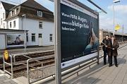 Mit Plakaten wie am Marburger Hauptbahnhof will die Universitätsstadt Marburg darauf aufmerksam machen, dass gutes Leben einfach ist. Hier Bürgermeister Dr. Franz Kahle und Klimamanager Achim Siehl in Aktion für die Kampagne.