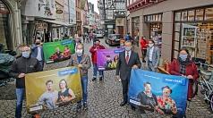 """Haben die neue Kampagne """"Kauf lokal"""" zur Stärkung des Einzelhandels in Marburg vorgestellt: OB Dr. Thomas Spies (vorne 2.v.r.) mit (vorne v.r.) Sonja Krause, Jan Röllmann und Thomas Hilberg sowie (hinten v.r.) Manuel Siemes, Dr. Tina Amend-Wegmann, Fiddy"""