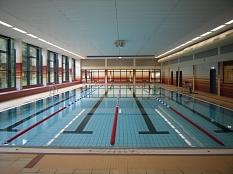 Hallenbad Wehrda - Blick auf das Schwimmerbecken mit den 4 Bahnen©Universitätsstadt Marburg - Rolf Klinge
