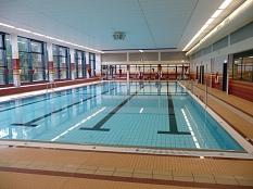 Hallenbad Wehrda - Blick in die Schwimmhalle mit den 4 Bahnen. Im Hintergrund das Lehrschwimmbecken©Universitätsstadt Marburg