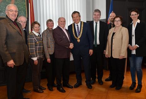 """Er hat das Rathaus """"gelebt"""": Der herzliche Dank von Oberbürgermeister Dr. Thomas Spies (5. v. r.) galt Hausmeister Hans Schira (5. v. l.), der nach fast 30 Jahren in den Ruhestand verabschiedet wurde. Dem schlossen sich (v. l.) Alt-Oberbürgermeister Dietr©Stadt Marburg, Sabine Preisler"""