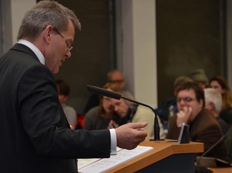 Oberbürgermeister Dr. Thomas Spies bringt den Haushaltsentwurf 2017 in die Marburger Stadtverordnetenversammlung ein.©Stadt Marburg, Sabine Preisler