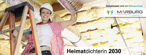 Eine Handwerkerin steht auf einer Leiter und dämmt ein Dach von Innen.©mr media