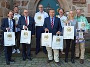 Heimat Shoppen in Marburg (v. l.): Manuel Siemes (IHK Kassel-Marburg), Ali Arin (Plan B), Peter Ahrens (Kaufhaus Ahrens), Klaus Hövel (1. Vorsitzender Stadtmarketing Marburg), Oberbürgermeister Dr. Thomas Spies, Fabiola Peiniger (Center-Management Schloss