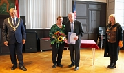 Heinrich Löwer wird Stadtältester Urkunde wird vom OB überreicht