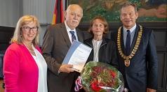 Oberbürgermeister Dr. Thomas Spies (rechts) und Stadtverordnetenvorsteherin Marianne Wölk (links) bedanken sich Heinz Wahlers und dessen Ehefrau Lisa für das Engagement für Cappel.