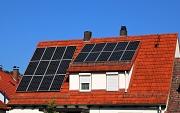 Eine Photovoltaikanlage erzeugt Strom auf dem Dach