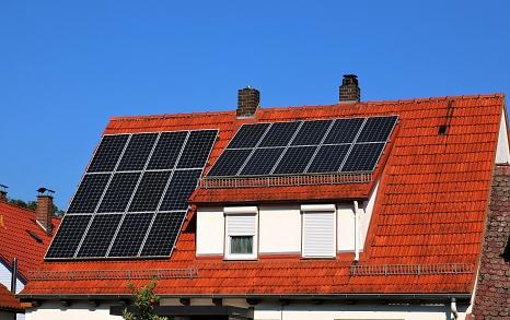 Eine Photovoltaikanlage erzeugt Strom auf dem Dach©Hesa