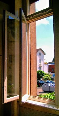 Richtig Lüften in der Heizperiode: Das Fenster ein paar Minuten ganz öffnen und dann wieder schließen.©Hesa