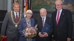 Oberbürgermeister Dr. Thomas Spies (links) und Staatsminister Dr. Thomas Schäfer (rechts) zeichneten Jürgen Rehlich mit dem Hessischen Verdienstorden aus. Dank galt auch dessen Ehefrau Gisela Rehlich.