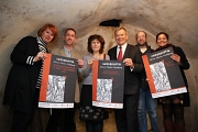 Oberbürgermeister Dr. Thomas Spies (3.v.r.) stellt das Hexenjahr der Stadt Marburg gemeinsam mit Dr. Christine Amend-Wegmann (v.l.), Dr. Ronald Füssel, Dr. Elke Therre-Staal, Dr. Christoph Becker und Ruth Fischer vor.