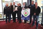 Der neue Hilfe Spot im Cineplex ist die erste Anlaufstelle ihrer Art in Marburg. Es freuen sich Bürgermeister Wieland Stötzel (3. v. l.), Kriminaldirektor Bodo Koch (3. v. r.) ,  Kinochefin Marion Closmann und andere Mitorganisatoren.