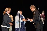 Sabreen Younis (Mitte) erhielt von Oberbürgermeister Dr. Thomas Spies (r.), Stadtverordnetenvorsteherin Marianne Wölk (l.) und der Ausländerbeiratsvorsitzenden Goharik Gareyan-Petrosyan für ihren Einsatz um die Begegnung von Kulturen das Historische Stadt