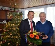 Für seine langjährigen Verdienste um die Universitätsstadt Marburg überreichte Oberbürgermeister Dr. Thomas Spies (links) dem Schreiber des Goldenen Buches, Manfred Ritter (rechts), das Historische Stadtsiegel der Universitätsstadt Marburg.