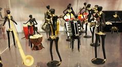 Originelle Dekoration: Ein von Rolf Loose gefertigtes Orchester aus Hufnägeln ist auf dem Kunsthandwerkermarkt zu sehen.