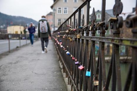 Hunderte Liebesschlösser hängen am Geländer der Weidenhäuser Brücke. Zum Beginn der Sanierungsarbeiten werden sie entfernt.©Stadt Marburg, Patricia Grähling