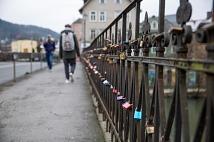 Hunderte Liebesschlösser hängen am Geländer der Weidenhäuser Brücke. Zum Beginn der Sanierungsarbeiten werden sie entfernt.
