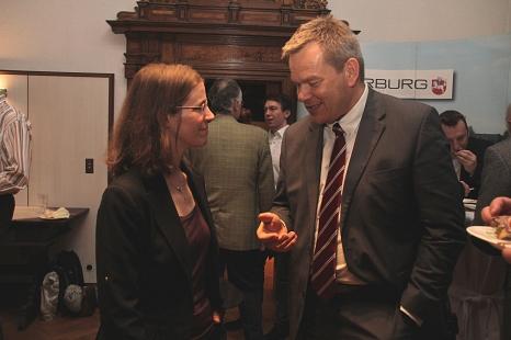 Im Anschluss an die Preisverleihung gab es ausreichend Gelegenheit für Gespräche: Oberbürgermeister Dr. Thomas Spies unterhält sich mit Prof. Dr. Stefanie Dehnen, Fachbereich Chemie der Philipps-Universität, die den Preisträger 2017 vorgeschlagen hat.©Stadt Marburg, i. A. Heiko Krause