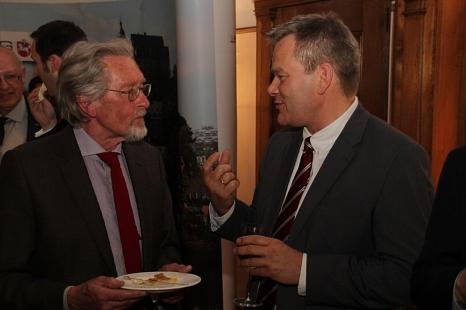 Oberbürgermeister Dr. Thomas Spies (rechts) bei der Preisverleihung im Gespräch mit Dr. Roloff Johannsen; ehemaliger Leiter der Forschungs- und Entwicklungsabteilung CSL Behring.©Stadt Marburg, i. A. Heiko Krause