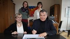 Oberbürgermeister Dr. Thomas Spies und Stadtverordnetenvorsteherin Marianne Wölk unterzeichneten den Städteappell der Campaign to Abolish Nuclear weapons (ICAN). Mit dabei waren Maren Voigt (2. Reihe, v.l.) und Sabina Galic von der ICAN Hochschulgruppe Ma