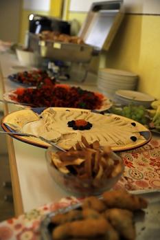 Am Buffet warteten allerlei Köstlichkeiten auf die Besucher*innen.©Thomas Steinforth, Stadt Marburg