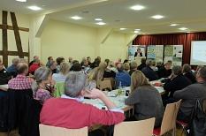 Rund 60 interessierte Teilnehmende informierten sich bei der Tagung in der Hingilskoots Scheune in Schröck über die Dorfentwicklung.©Universitätsstadt Marburg