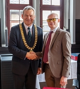 Im historischen Rathaussaal empfing Oberbürgermeister Dr. Thomas Spies (l.) den tansanischen Botschafter Dr. Abdallah Saleh Possi, der sich in das Goldene Buch der Stadt Marburg eintrug.