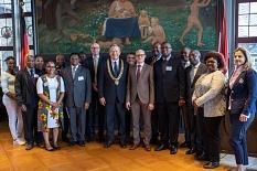 Im historischen Rathaussaal hieß Oberbürgermeister Dr. Thomas Spies (9.v.l.) den Botschafter Tansanias, Dr. Abdallah Saleh Possi (7.v.r.), in Marburg willkommen und mit ihm eine Delegation tansanischer Mediziner©Patricia Grähling, Stadt Marburg