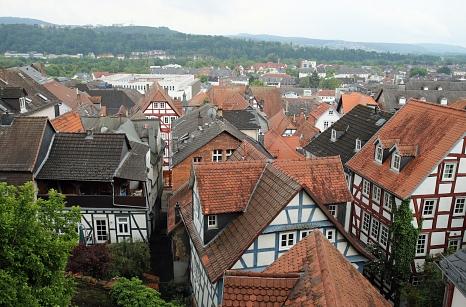 Ein Blick über die Dächer der Marburger Oberstadt. Die Eigentümer*innen von Immobilien im Quartier werden nun zum digitalen Dialog eingeladen.©Thomas Steinforth, Stadt Marburg